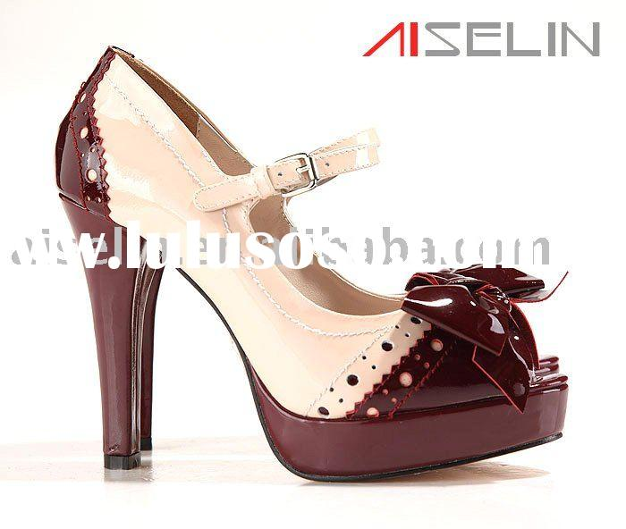 Purple patent leather lady shoe with peep toe